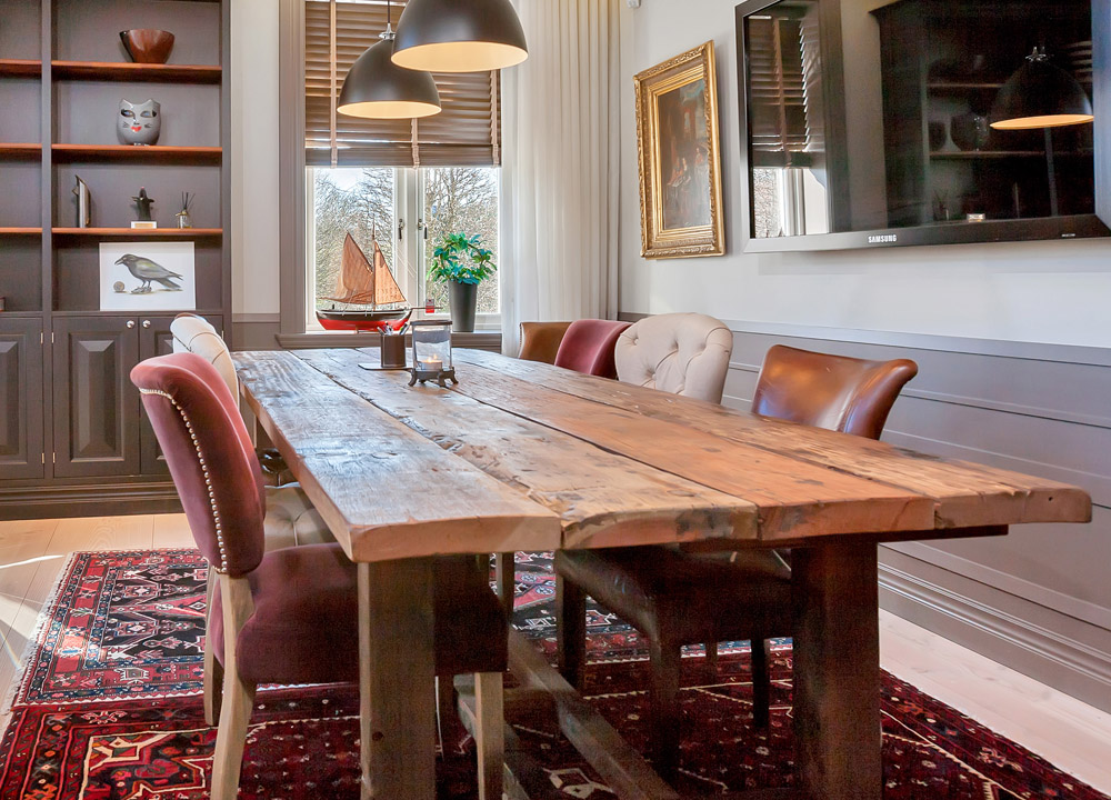 Konferensrum med rustikt bord