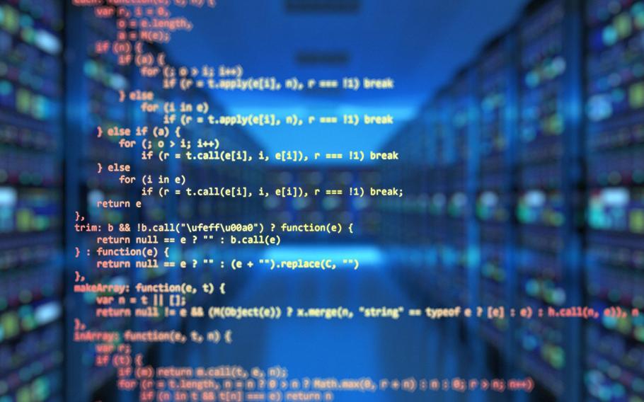 Bild på programmeringskod vid en serverhall