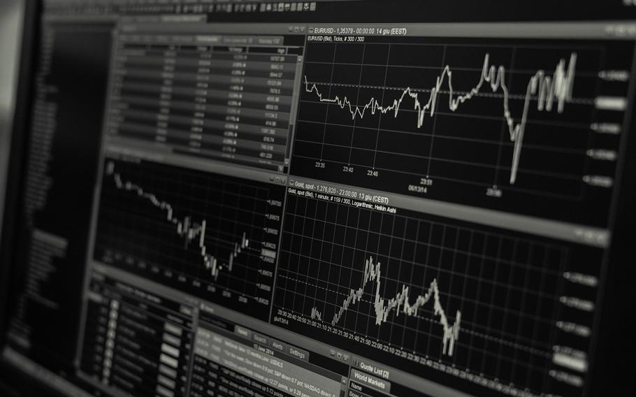 Bild på aktiekurser på en monokrom skärm.